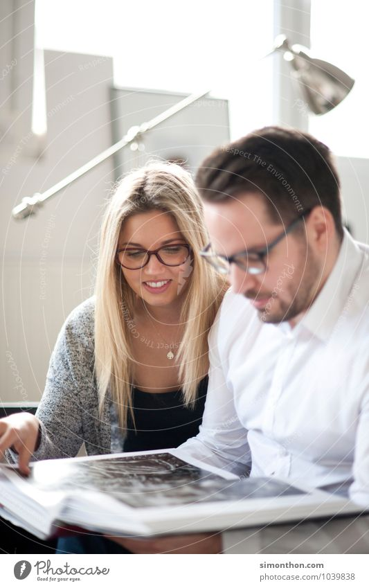 Buch Lifestyle lesen Wohnzimmer lernen Berufsausbildung Student Prüfung & Examen Geschwister Familie & Verwandtschaft Freundschaft Paar 2 Mensch Partnerschaft