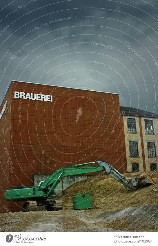 Da braut sich was zusammen Bagger Bier Brauerei Baustelle Haus grün Winterthur Kies Fenster Schaufel türkis braun Wand Klotz Wolken dunkel dramatisch untergehen