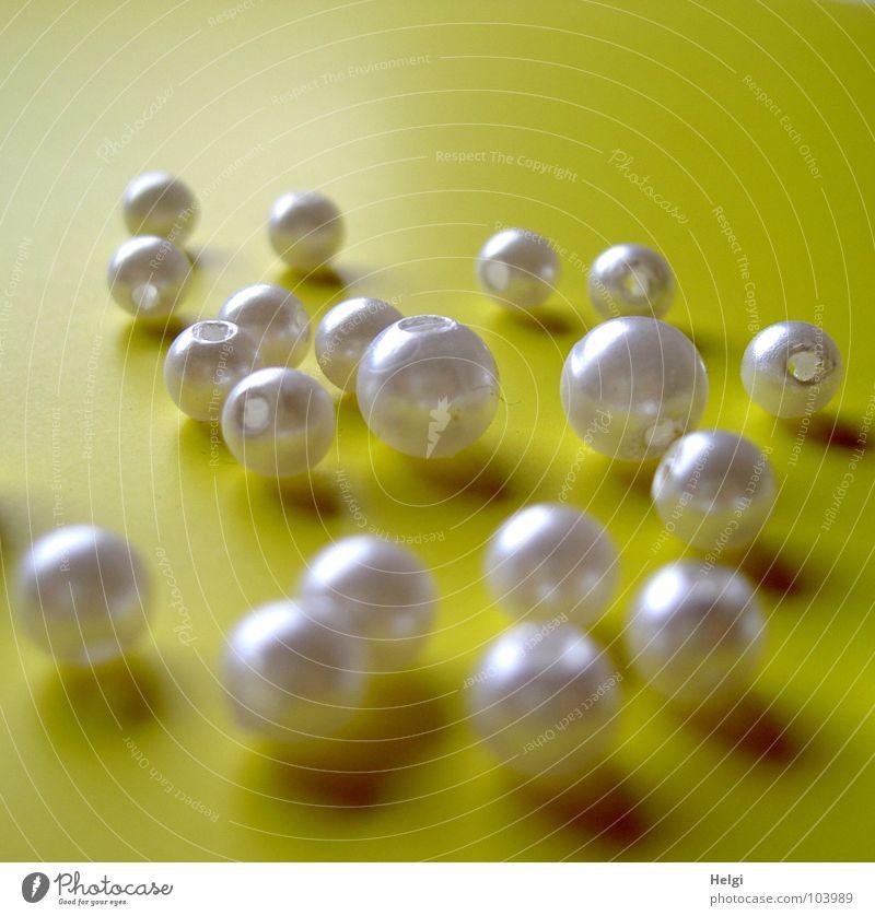 schimmernde Perlen weiß gelb dunkel hell glänzend rund Dekoration & Verzierung zart Kugel Loch Perle Kette sortieren Rolle Basteln verschönern
