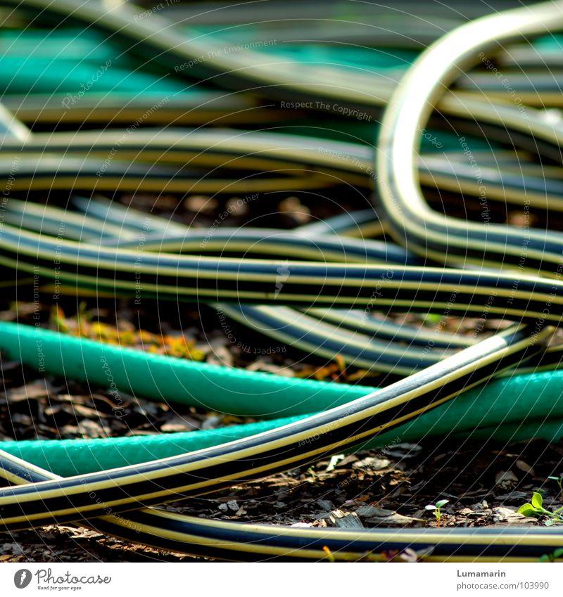 Stolperfalle Schlauch Gartenschlauch Gummi Gefäße Gartenarbeit Gartenbau Bewässerung gießen chaotisch Anhäufung durcheinander Schlaufe Streifen Sicherheit