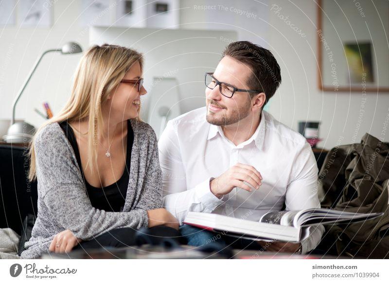 Flirt Häusliches Leben Wohnzimmer lernen Azubi Studium Sitzung sprechen Geschwister Familie & Verwandtschaft Freundschaft Paar 2 Mensch Glück Fröhlichkeit