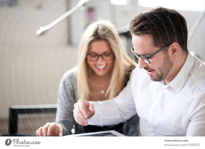 Teamwork Mensch Jugendliche Freude Erwachsene Leben sprechen Glück Paar Freundschaft Familie & Verwandtschaft Wohnung Business Büro Erfolg Studium lernen