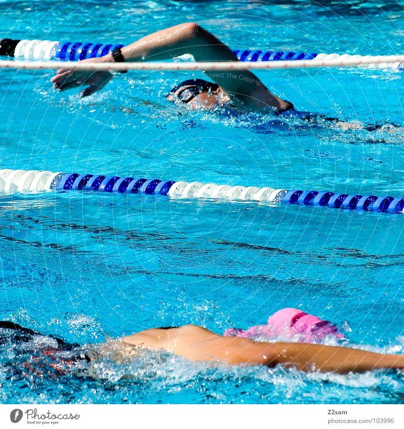 überrundet Triathlon Sportveranstaltung Zeit Wassersport überholen rot Schwimmsportler Zweikampf gegeneinander Blick Brille Badekappe Schwimmbrille Freibad