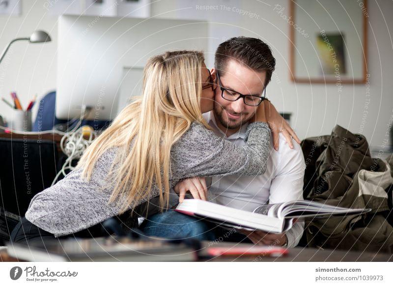Pärchen Freude Glück Häusliches Leben Wohnung Raum lernen Studium sprechen Geschwister Familie & Verwandtschaft Freundschaft Paar Partner Jugendliche 2 Mensch