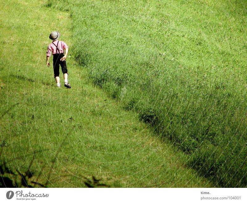 Dancing With Myself - III Farbfoto Außenaufnahme Tag Glück Spielen wandern Tanzen Kind Junge Rücken Gras Wiese Hut grün Langeweile Krachlederne diagonal Weide