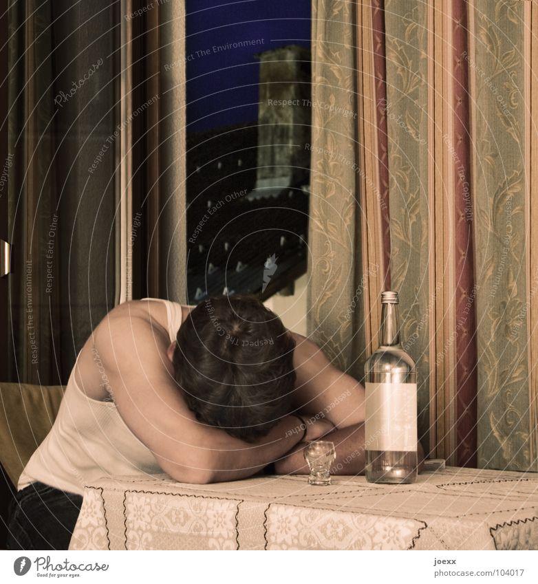 Trost los Mann Einsamkeit Fenster Traurigkeit Tisch Trauer Stuhl trinken Klarheit Aussicht Hotel Schmerz Müdigkeit Korn Flasche Vorhang