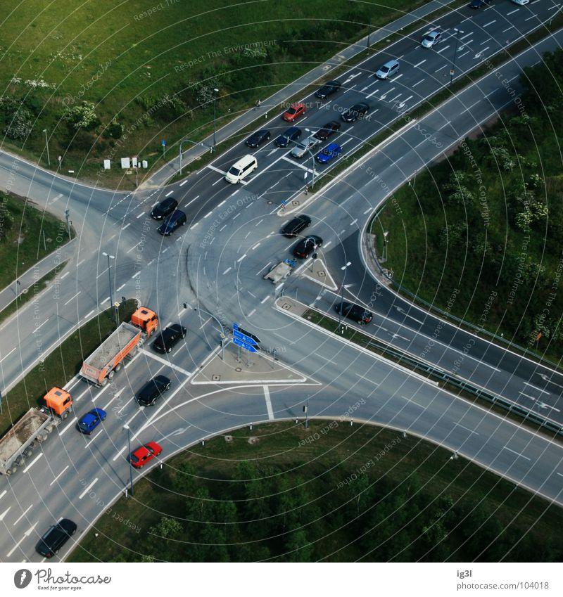 sit and wait Fahrbahn entgegengesetzt parallel Verkehr offen mehrfarbig zielstrebig Vogelperspektive Regelung Ampel Wachsamkeit fahren Lastwagen Spurwechsel