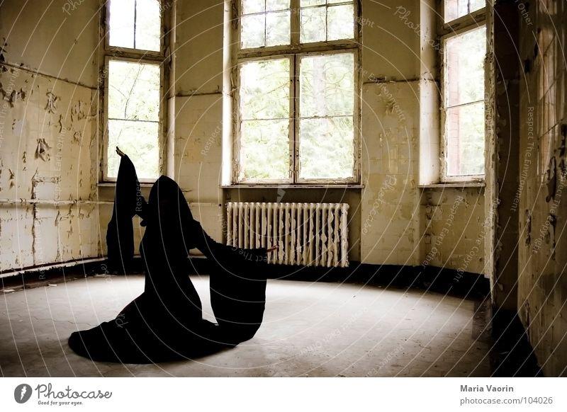 Die Magie der Toten Seelen mystisch Erscheinung geisterhaft Spuk spukhaft Geisterhaus Spukschloss Tracht Mantel dunkel Kapuze trist Verfall kaputt Hexe Zauberer