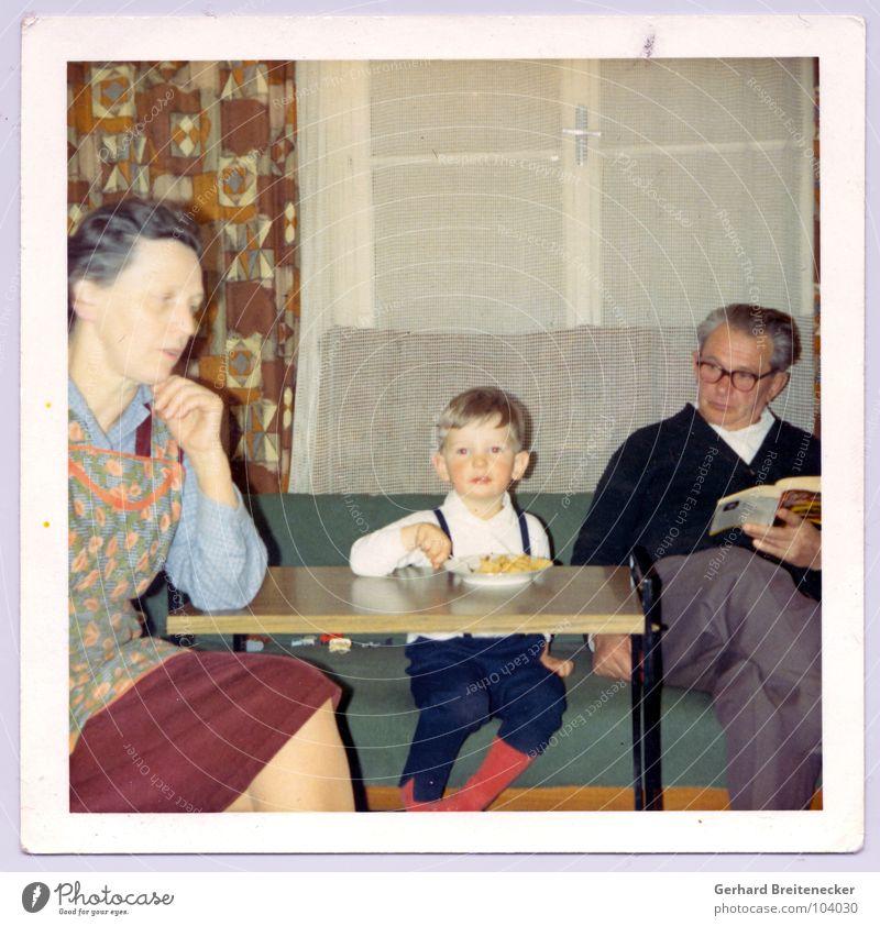 colors of 69 Mensch Kind alt Ernährung Leben Junge Familie & Verwandtschaft Zusammensein sitzen retro Frieden Idylle Großmutter Wohnzimmer Großvater Nostalgie