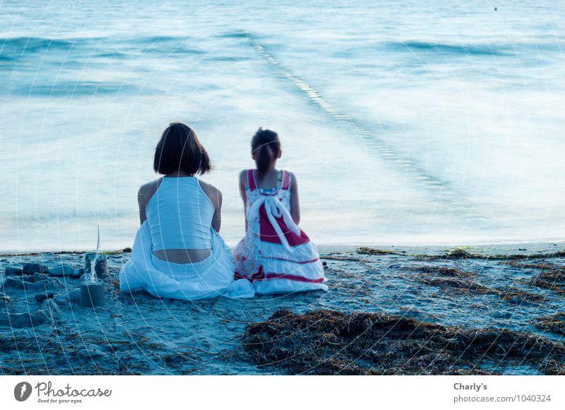 Bis ans Ende der Welt. Wellness harmonisch Zufriedenheit ruhig Meditation Ferne Meer Wasser Sommer Strand Ostsee Rock Kleid brünett Zusammensein Toleranz