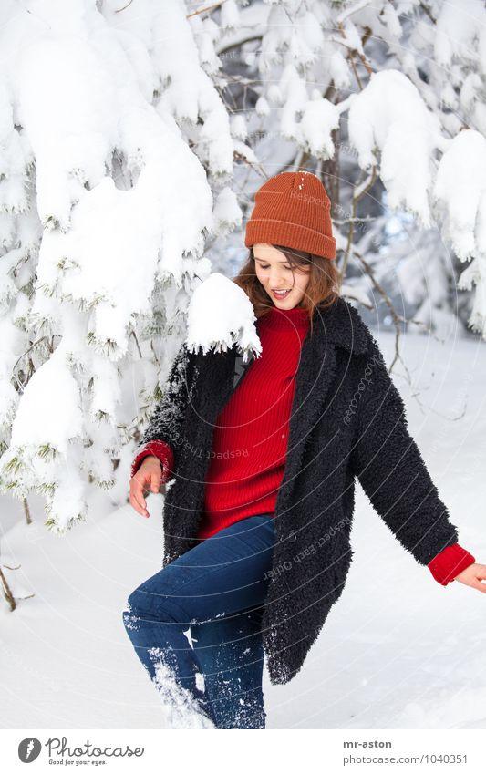 Ups Mensch feminin Junge Frau Jugendliche Erwachsene 1 18-30 Jahre Schnee Baum Mütze brünett langhaarig Bewegung lachen laufen ästhetisch authentisch Glück