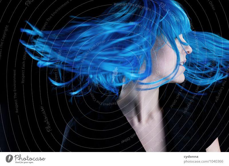 Blue verdreht Mensch Jugendliche blau schön Junge Frau Erotik 18-30 Jahre Erwachsene Leben Bewegung Gefühle Stil Haare & Frisuren Freiheit fliegen träumen