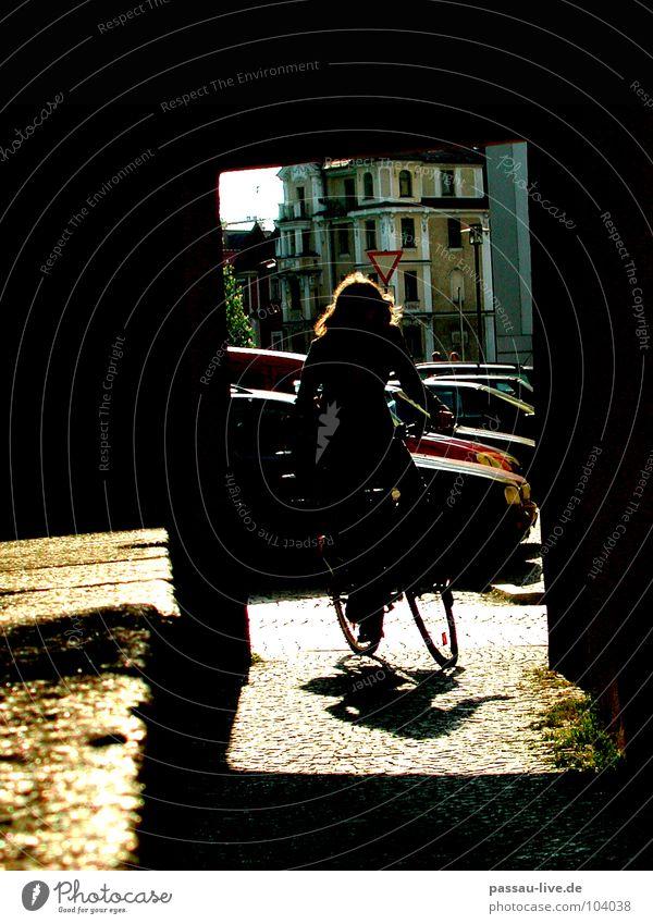Um die Ecke Passau Fahrrad Licht Student Frau Fahrradfahren Verkehrswege Schatten Kopfsteinpflaster