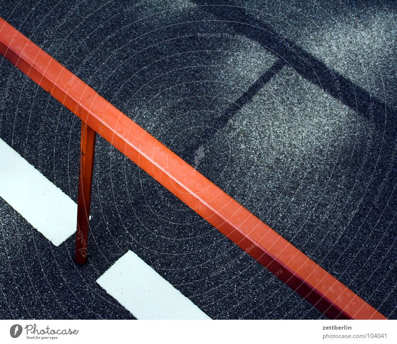 Option5 Strebe Konstruktion Parkplatz Grenze Metallbau Asphalt Teer Oberfläche abstrakt Zufriedenheit Stab Am Rand Zaun Limit Abstellplatz Straßenbelag dunkel