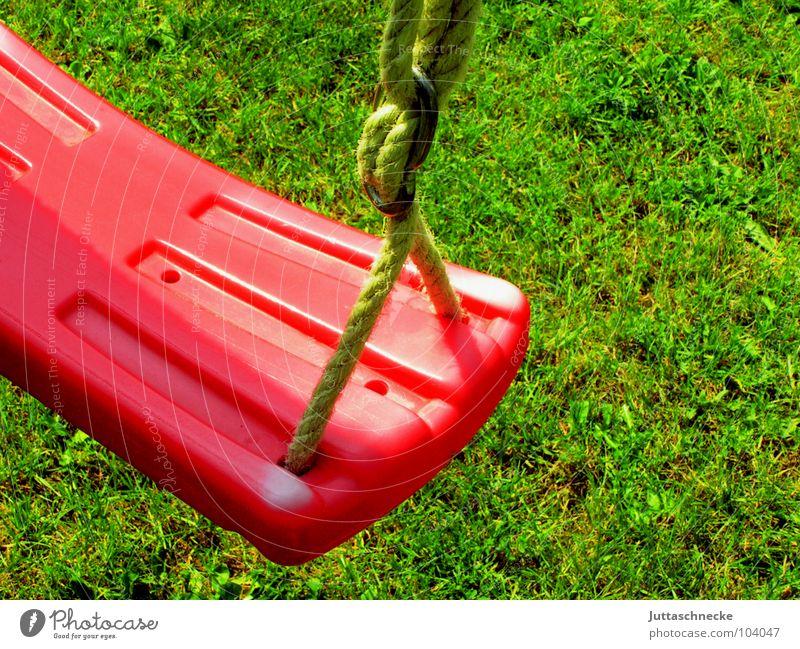 Verlassen Schaukel Wippe Spielen Spielzeug Spielplatz Kindheitserinnerung rot Wiese träumen Freude Unsinn Erinnerung erinnern Kinderspiel vergessen Einsamkeit