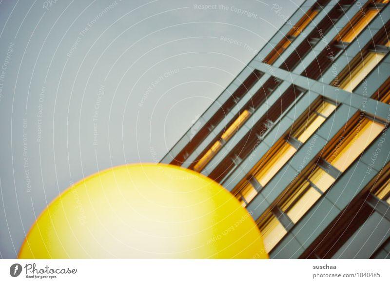 haus & lampe Himmel Stadt Haus Hochhaus Gebäude Fenster retro blau gelb rund gekrümmt Linie Geometrie abstrakt Farbfoto Gedeckte Farben Außenaufnahme