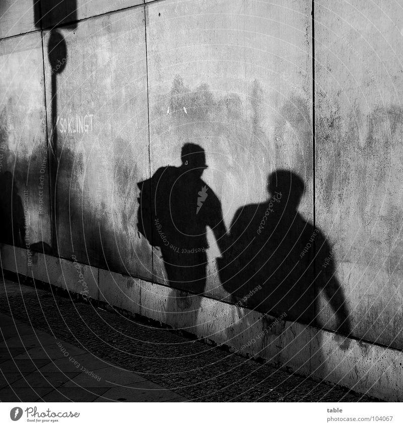 Schattenseite Beton Mauer Wand grau Stadt Bürgersteig Schattendasein Schattenspiel Mann Feierabend Mensch Schwarzweißfoto Angst Panik Straße Schattenwirtschaft