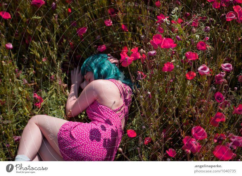 wenn aufeinmal die welt pink ist.. Natur Mädchen Wiese Gras rosa liegen schlafen Kleid türkis Mohn Valentinstag Perücke
