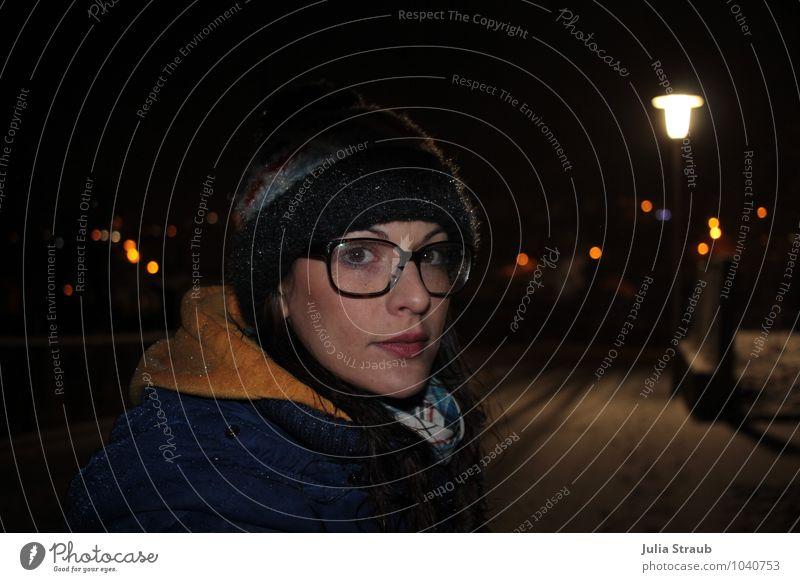 durch die nacht Mensch Frau schön schwarz kalt gelb Erwachsene Leben Straße feminin Schneefall stehen Brille Straßenbeleuchtung Mütze Jacke