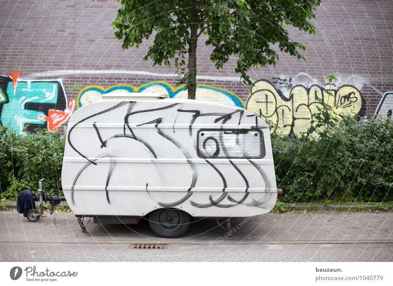 campen quer. Natur Ferien & Urlaub & Reisen Stadt alt Pflanze Sommer Baum Umwelt Wand Straße Graffiti Gras Wege & Pfade Mauer Fassade Häusliches Leben