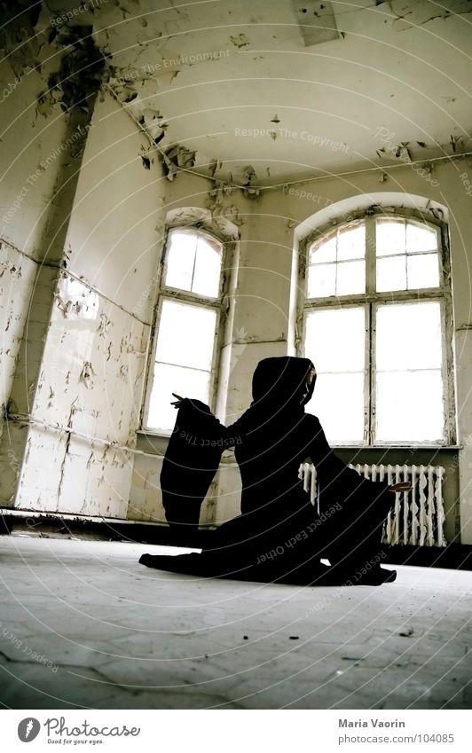 Das Geheimnis der Bella Magica mystisch Erscheinung geisterhaft Spuk spukhaft Geisterhaus Spukschloss Tracht Mantel dunkel Kapuze trist Verfall kaputt Hexe