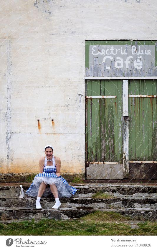 Falsche Zeit.....falscher Ort Mensch Frau Freude Haus Erwachsene Wand feminin Stil Gebäude Mauer lachen Feste & Feiern Party Lifestyle Fassade Freizeit & Hobby