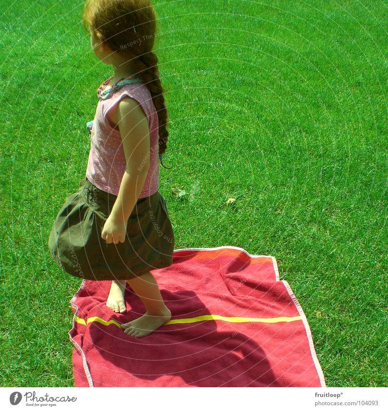 little princess of the weed Kind Mädchen grün rot Wiese Spielen Gras Garten Freiheit Glück klein elegant Rasen Show Sehnsucht Seite
