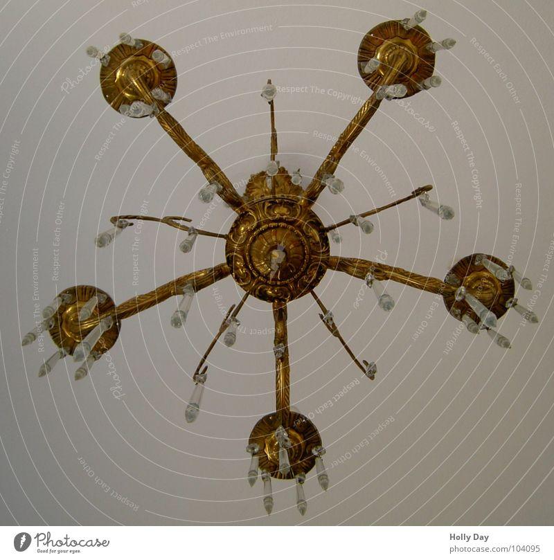 von unten Kronleuchter Lampe Deckenlampe Licht Glühbirne Froschperspektive Wohnzimmer Kristallstrukturen