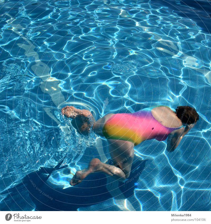 Regenbogen unter Wasser Wasser blau Sommer Freude Ferien & Urlaub & Reisen Sport Spielen Bewegung Schwimmbad Italien tauchen Regenbogen Wassersport Badeanzug Freibad