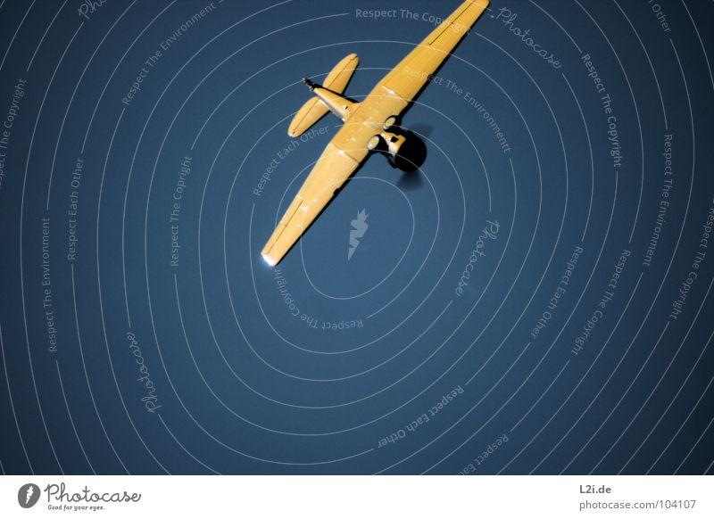 FALLING DOWN Himmel blau gelb Angst Flugzeug Luftverkehr Flügel Flughafen Sturz Panik Motor Flugschau