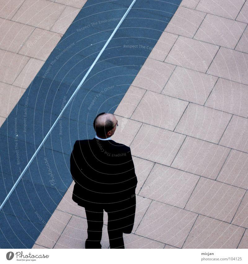 der_kai Mann Kerl Glatze Ebene maskulin Herr Haarausfall schwarz Bekleidung Anzug schick Geschäftsleute Vogelperspektive Blick stehen Streifen gestreift seriös