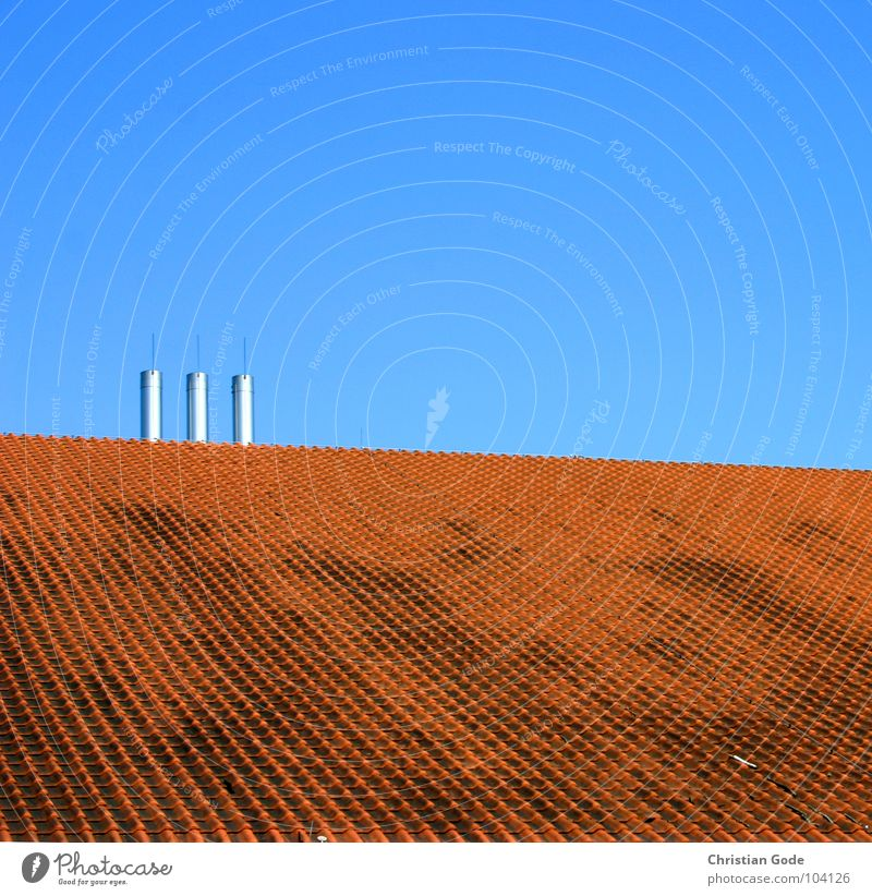 Interessante Variante Dach Backstein rot Stahl 3 Horizont Dachziegel Aula Quadrat Architektur Himmel Schornstein blau oben