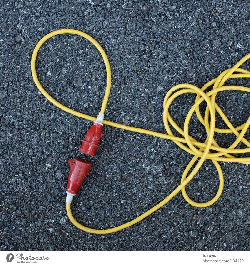 addicted to love aufregend Kabelsalat durcheinander unordentlich Asphalt Verschiedenheit Elektrizität Starkstrom Partnerschaft passend Stecker gelb rot