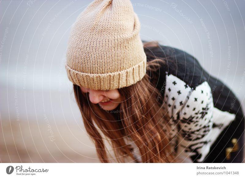 Lachen Junge Frau Jugendliche Kopf Haare & Frisuren 1 Mensch 18-30 Jahre Erwachsene Mode Pullover Hut genießen Lächeln Fröhlichkeit niedlich schön Gefühle