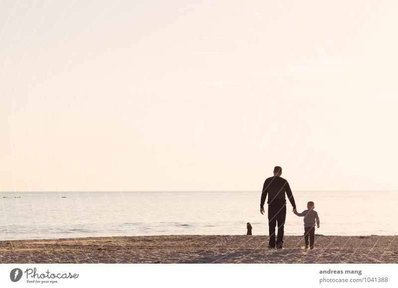 Gemeinsam unterwegs Mensch Kind Ferien & Urlaub & Reisen Sommer Meer Strand Ferne Erwachsene Junge Glück Freiheit Zusammensein Familie & Verwandtschaft Kindheit laufen Lebensfreude