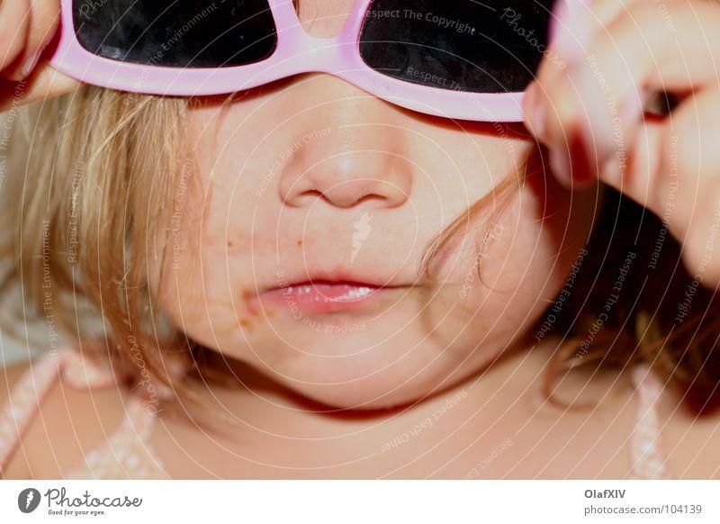 Kind sein Brille rosa Mädchen Spielen Hand Träger schön Geistesabwesend imitieren verkehrt verkleiden verrückt Sonnenbrille Freude Kleinkind Sommer Ernährung