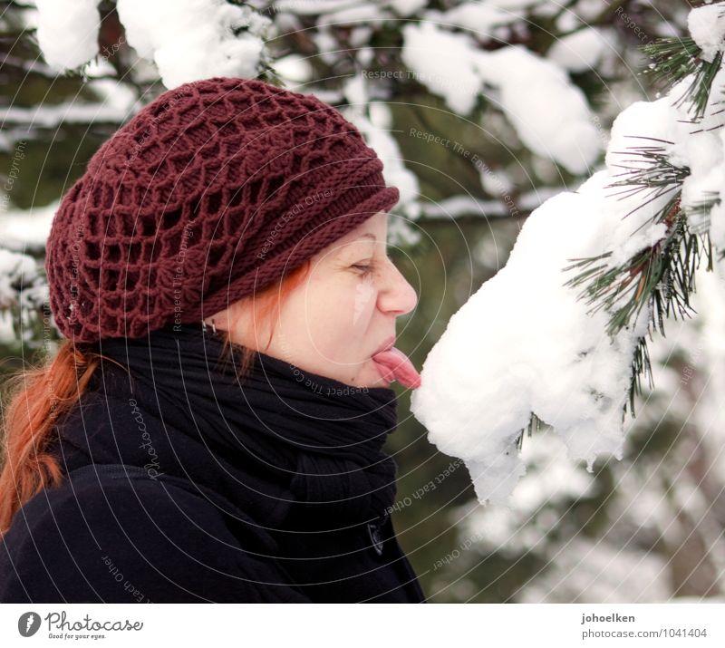 Eif? Abenteuer Winter Schnee Mensch feminin Junge Frau Jugendliche Mund Zunge 1 18-30 Jahre Erwachsene Eis Frost Schal Mütze rothaarig berühren entdecken