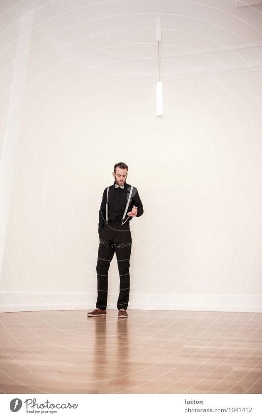 Zeit ist relativ Lifestyle Mensch maskulin Junger Mann Jugendliche Erwachsene Leben Körper 1 18-30 Jahre Gebäude Altbau hohe Decken Laminat Parkett Mode Hemd