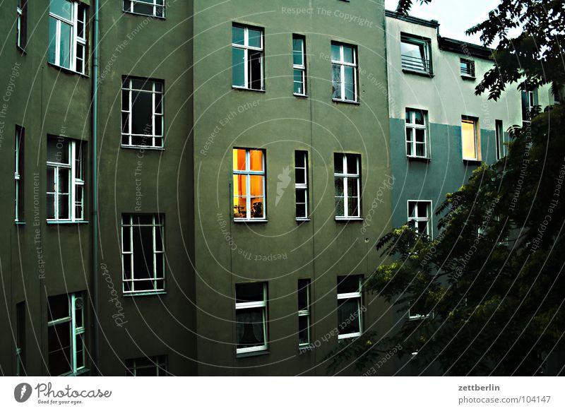 Meeresblick Haus Stadthaus Hinterhof Mieter Vermieter Fenster Etage Fensterfront Abend Dämmerung Abendsonne Licht Erkenntnis Wohnung Altbau Häusliches Leben
