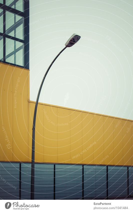 beleuchteter Textfreiraum Himmel Haus Industrieanlage Fabrik Bauwerk Gebäude Architektur Mauer Wand Fassade Fenster Linie kalt blau gelb Design Laterne Zaun
