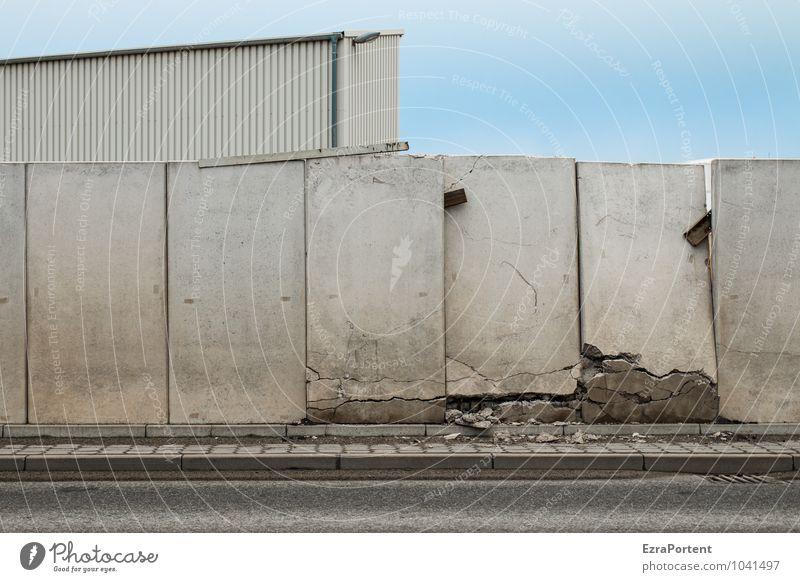 Mauerfall Stil Himmel Stadt Haus Industrieanlage Fabrik Ruine Bauwerk Gebäude Wand Fassade Straße Wege & Pfade Stein Beton Linie kaputt blau grau Kraft