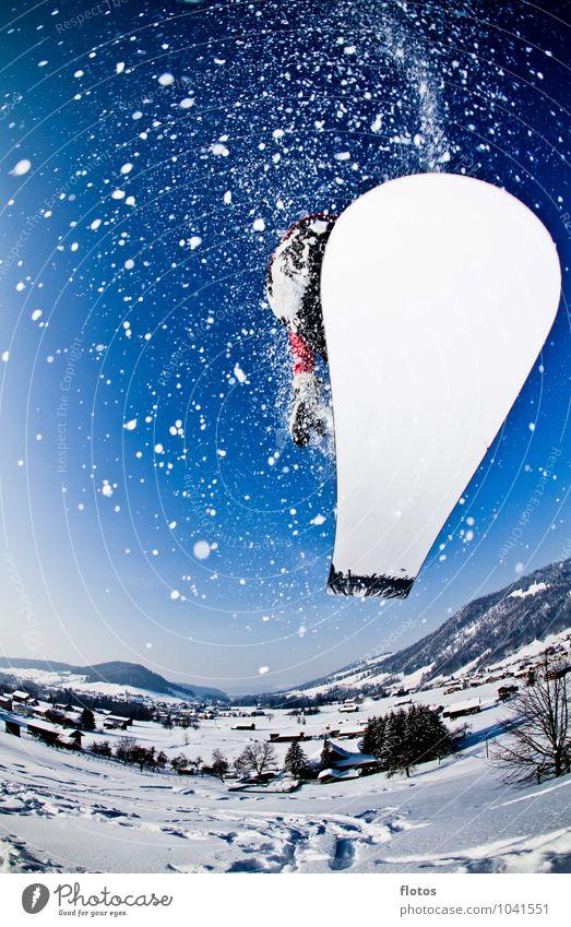 Uii !! Das war Knapp Sport Wintersport Snowboard Skipiste Schönes Wetter Schnee fliegen springen sportlich blau schwarz weiß Farbfoto Außenaufnahme Nahaufnahme