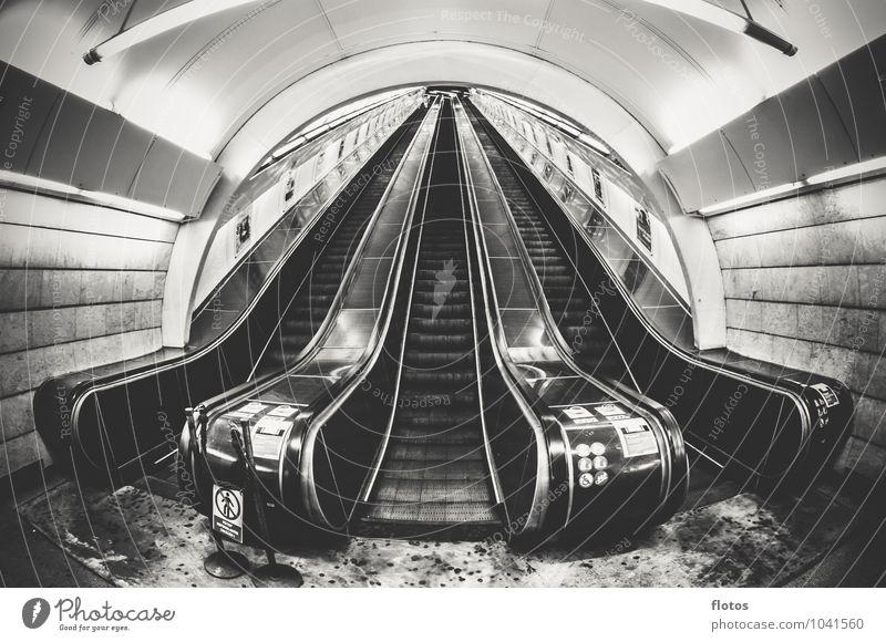 Stairway to ... Stadt Menschenleer Bahnhof Tunnel Bauwerk Treppe Öffentlicher Personennahverkehr grau schwarz weiß Einsamkeit Rolltreppe Schwarzweißfoto
