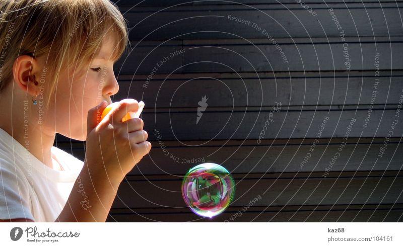 seifenblase II Seifenblase rund blasen Fröhlichkeit Regenbogen Spielzeug mehrfarbig Hintergrundbild Laune Luft schwarz Holz Spielen Aktion Lauge Mädchen blond