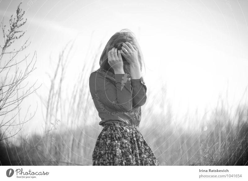 Traurigkeit Junge Frau Jugendliche Körper 1 Mensch 18-30 Jahre Erwachsene Natur Feld Mode T-Shirt Rock kalt schön Gefühle Stimmung Hoffnung Langeweile Schmerz