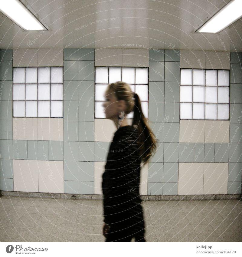 jetzt ist sie weg Fußgänger Frau gehen Mensch S-Bahn U-Bahn Station Symmetrie mädchenhaft Zopf Pferdeschwanz Pullover Feierabend Fenster Glasbaustein Tanzfläche