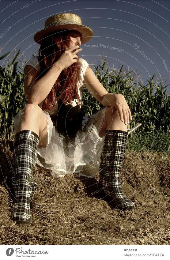 done Maisfeld grün Grünpflanze Gummistiefel Frau sinnlos Kleid rot Langeweile gras? Natur Himmel blau Perspektive Haare & Frisuren Hut