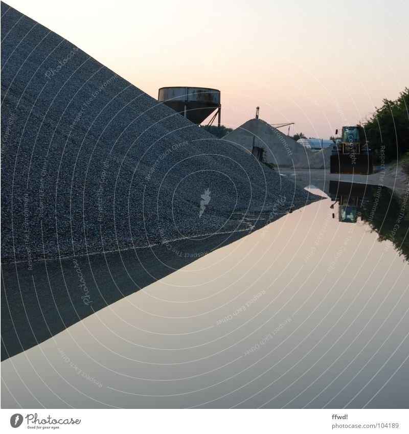 Baggersee I Dämmerung Kies Haufen Kiesbett Kiesgrube Pfütze See Reflexion & Spiegelung Symmetrie Industrie Wasser Erde Sand