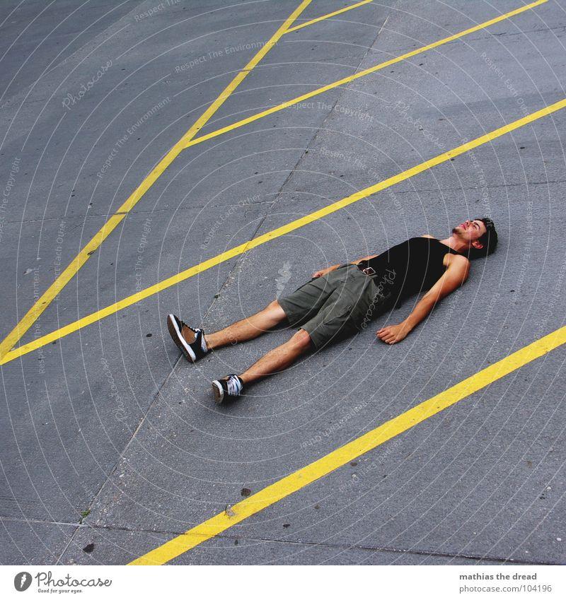 streifen 2 gelb Bodenmarkierung grau hart Mann Müdigkeit Zufriedenheit verrückt Linie Stein Einsamkeit liegen Mensch verlohren Erschöpfung Neigung