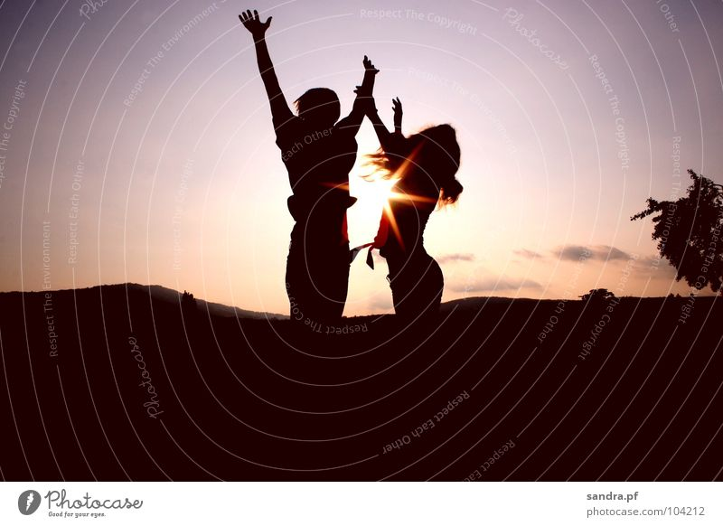 Spring hoch! Frau Mensch Mann Himmel Sonne Liebe Wolken dunkel springen Paar Sand Landschaft rosa hoch Erde paarweise